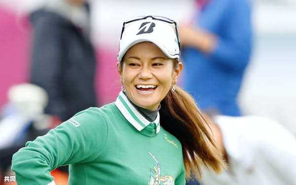 練習場で笑顔を見せる宮里藍(13日、エビアン・リゾートGC)=共同