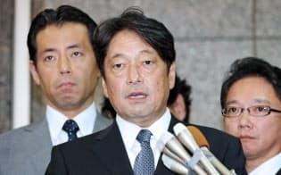 北朝鮮のミサイル発射について記者の質問に答える小野寺防衛相(15日午前、防衛省)