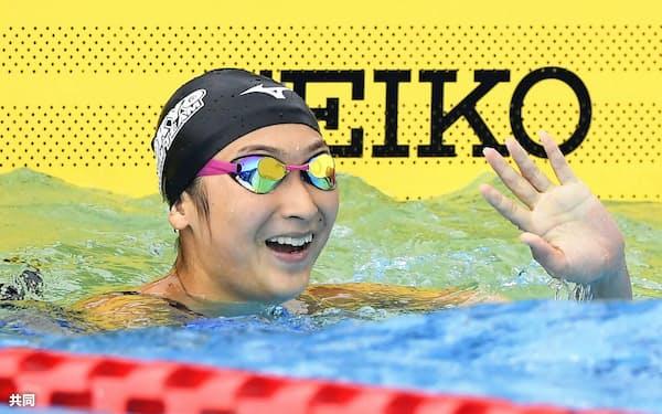 少年女子A50メートル自由形決勝 24秒33の日本新で優勝し、歓声に応える東京・池江璃花子(16日、松山中央公園特設プール)=共同