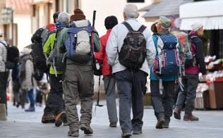 ハイキングを楽しむ高齢者