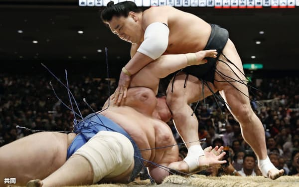 日馬富士が上手出し投げで碧山を下す(17日、両国国技館)=共同