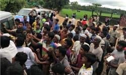 バングラデシュ南部ウキアで食糧配給を受けるロヒンギャ難民の人々