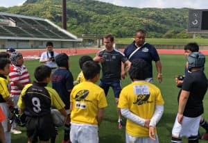 スコットランド元代表選手の指導に聞き入る小学生(長崎市)