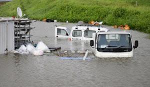大分市内を流れる大野川が氾濫し、水に漬かった車両(17日)