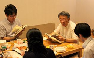 池上教授(右から2人目)と教え子たちによる第2回の読書会が開かれた(9月、東工大大岡山キャンパス)=東工大提供