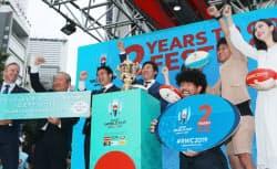 ラグビーW杯の開幕2年前イベントで披露された優勝トロフィー(20日、東京都渋谷区)=太田開介撮影