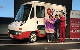 楽天が21日に公開した、車両型の店舗「楽天モバイル キャラバンカー」(中央が大尾嘉宏人執行役員)