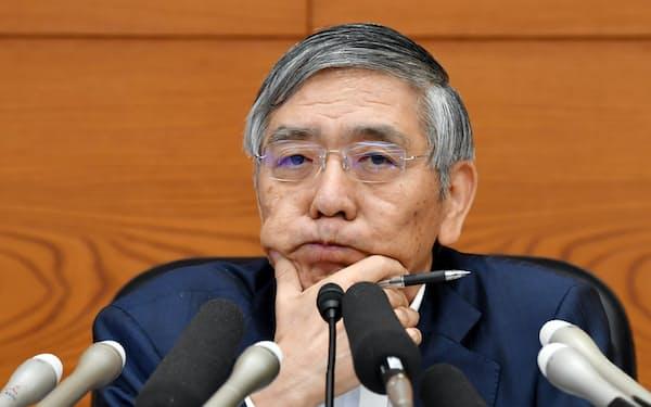 金融政策決定会合を終え、記者会見する日銀の黒田総裁(21日、日銀本店)