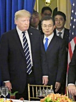 会談に臨む(左から)トランプ米大統領、文在寅韓国大統領、安倍首相(21日、ニューヨーク)=共同