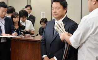 初公判後、記者会見する電通の山本社長(22日午後、東京・霞が関)
