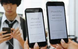 「iPhone8」(左)と「iPhone8プラス」(東京都渋谷区のアップルストア表参道)