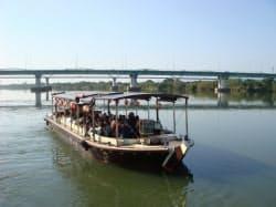 船内では歴史ガイドが楽しめる(一本松海運が運航する淀川の観光船)