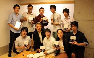 第2回読書会に参加した池上教授(前列左から2人目)と東工大の教え子(9月、大岡山キャンパス)=東工大提供