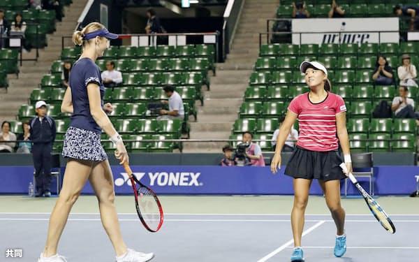 ダブルス準決勝で敗れた二宮(右)、ボラコバ組(22日、有明テニスの森公園)=共同