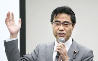 輝照塾の初めての講義であいさつする若狭勝氏(16日、東京都中央区)