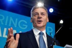 支持者の前でスピーチするニュージーランドのイングリッシュ首相(23日)=ロイター