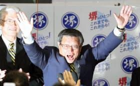 当選を決め、喜ぶ竹山修身氏(24日午後、堺市堺区)