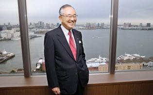 宮内義彦(みやうち・よしひこ) オリックスのシニア・チェアマン。 1935年神戸市生まれ。関西学院大商学部卒。米ワシントン大経営学修士(MBA)。リースを手始めに不動産、生命保険、銀行などへ事業領域を広げてきた金融サービス界の重鎮。最高経営責任者の在任期間は30年を超える。語り口はソフトながら、世の中の動きを分析する視点は鋭く、時に厳しい。現在も経営への助言を続けている。プロ野球オリックス・バファローズのオーナー、新日本フィルハーモニー交響楽団理事長の顔も持つ。近著に「私の経営論」(日経BP社)、「私の中小企業論」(同)。