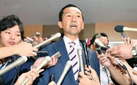 離党届を提出し、記者の質問に答える自民党の福田峰之衆院議員(25日午前、自民党本部)