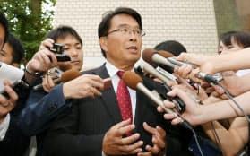 離党届を提出し、記者の質問に答える民進党の松原仁衆院議員(25日午前、民進党本部)