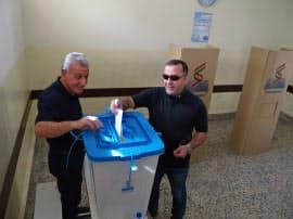 25日、イラク北部クルド人自治区の中心都市アルビルで投票する市民