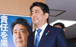 臨時役員会を終え、自民党本部を出る安倍首相(25日)