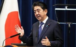 記者会見する安倍首相(25日午後、首相官邸)