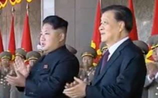 中朝の最高レベルの接触は2年前から途絶えている(15年10月、平壌で軍事パレードを並んで見る金正恩氏と中国序列5位の劉雲山氏=中国中央テレビの映像から)