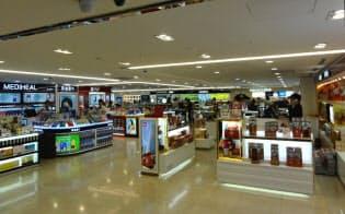 これまでは買い物客でにぎわった平日の夕刻なのに閑散とするソウルの免税店