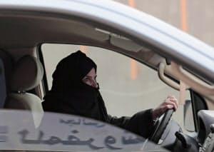 サウジは長く女性の運転を認めなかった(2014年、政府への抗議で高速道路を運転する女性)=AP
