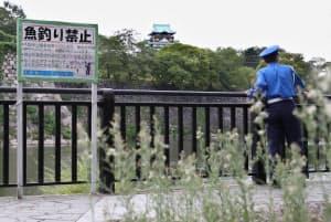 魚釣り禁止の堀を見回る大阪城パークセンターの警備員(大阪市中央区)