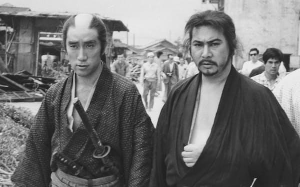 勝新太郎(右)と並んで歩く三島由紀夫(五社プロダクション提供)