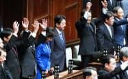 衆議院が解散され、一礼する安倍首相(28日午後、衆院本会議場)