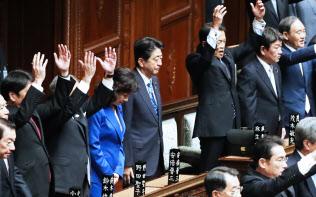 2017年9月、衆議院が解散され、起立する安倍首相