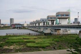 右岸(手前側)に船の行き来ができる閘門を設ける構想がある淀川大堰