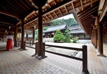 棟続きの回廊が取り囲む近江造の本殿と拝殿