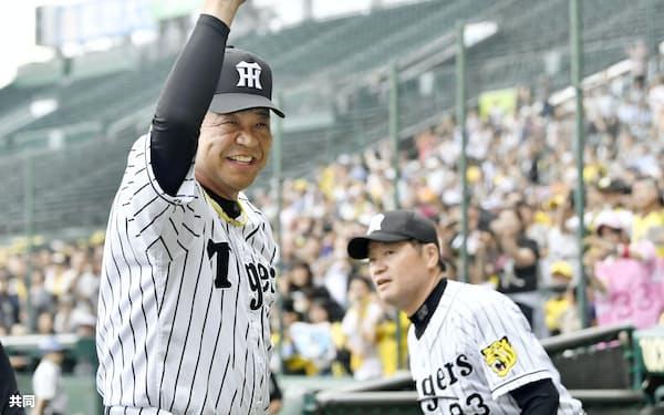 今季最終戦を終え、観客に手を振って引き揚げる阪神の掛布2軍監督(28日、甲子園)=共同