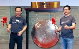 香港取引所に上場し、記念式典で銅鑼を鳴らす衆安在線財産保険の歐亜平会長(左)(28日、香港)=沢井慎也撮影