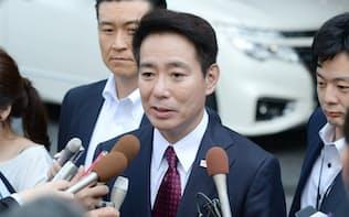小池都知事との会談を終え記者の質問に答える民進党の前原代表(29日午前、東京都新宿区)