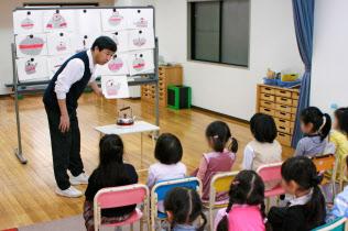子どもの思考能力を高める授業では、こぐま会の久野代表自身も園児らに教える(東京・渋谷)