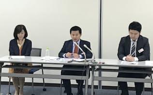 記者会見するマネーフォワードの辻庸介社長(中央)