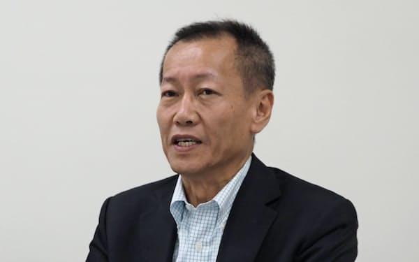会見する小里文宏社長(29日、東証)