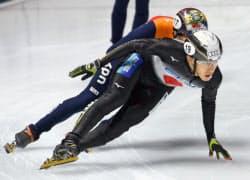 男子5000メートルリレー準々決勝の渡辺啓太(手前)。準決勝進出を決めた(29日、ブダペスト)=共同