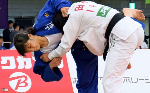 女子70キロ級で初優勝した新添左季(30日、日本武道館)=共同