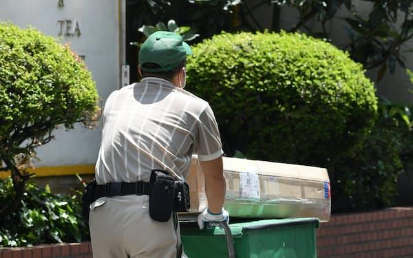 ヤマトの値上げに他社も追随しており、生活への影響は大きい(東京都千代田区)