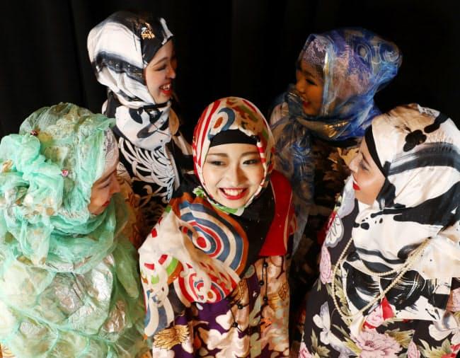 京友禅のヒジャブを身につけたモデルが、ムスリム向け商品展示会でファッションショーを行った(堺市)