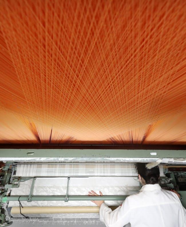 独自開発した150センチ幅の織り機。幅は一般的な織り機の約5倍で、壁布など大きな内装に対応した