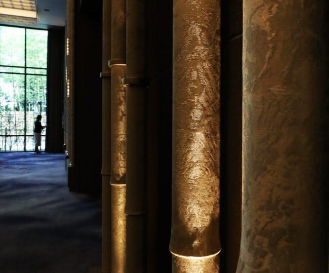 同ホテルの宴会場にある竹を模した装飾