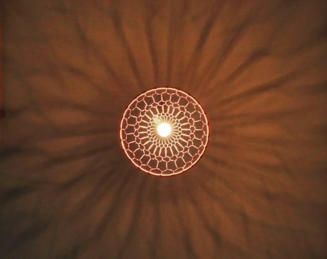 点灯すると天井に繊細な模様が浮かぶ