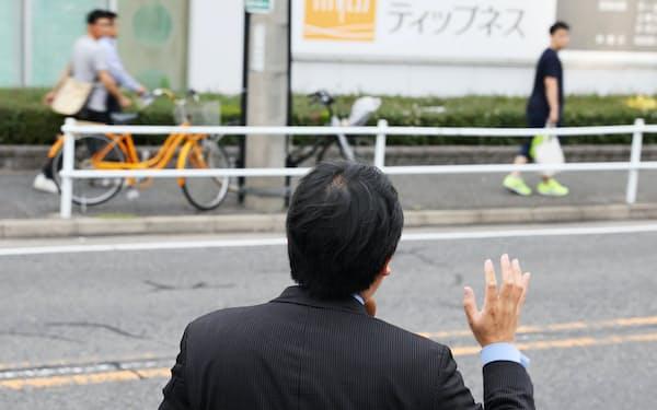 街頭演説する立候補予定者(1日、名古屋市北区)
